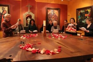 Continuing to read together and passing the rose petals led by Academy member Alla Moiseenkova